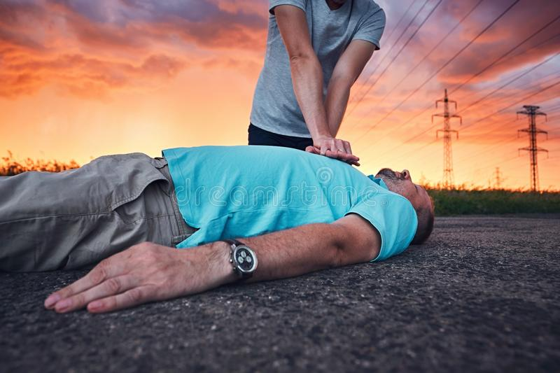 Ressuscitation dramatique pendant la tempête photographie stock