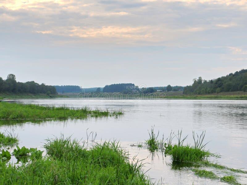 Rest auf der Flussbank lizenzfreie stockfotografie
