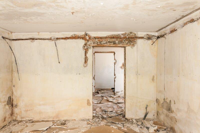 Rest av den övergav skadade och förstörda husinre av granaten som beskjuter med det kollapsade taket och väggen i selectien för k royaltyfri fotografi