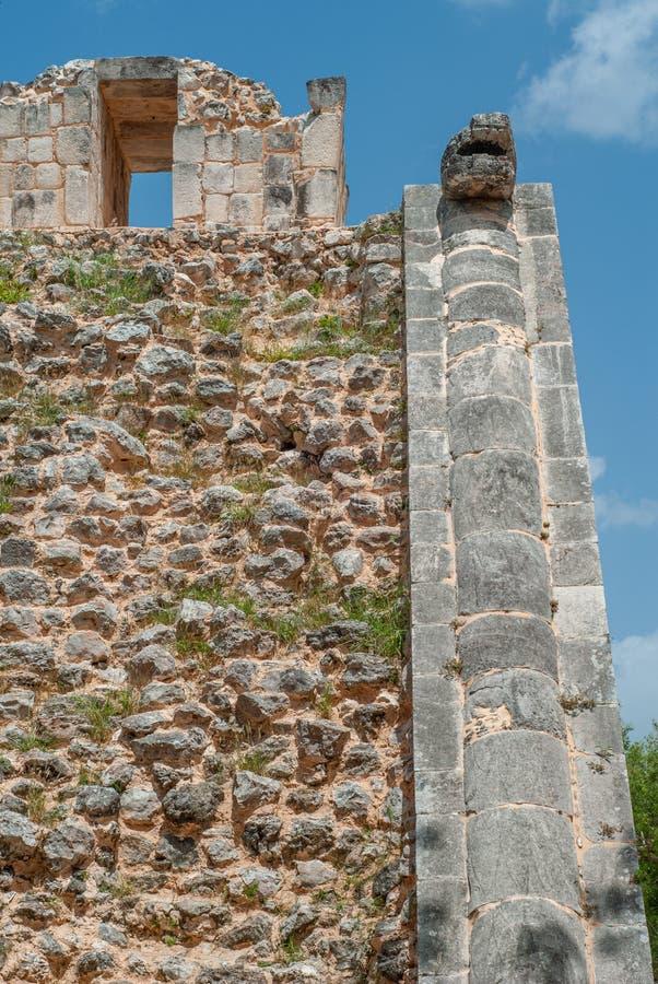 Rest av en Mayan tempel, i det arkeologiska området av Chichen Itza royaltyfri fotografi