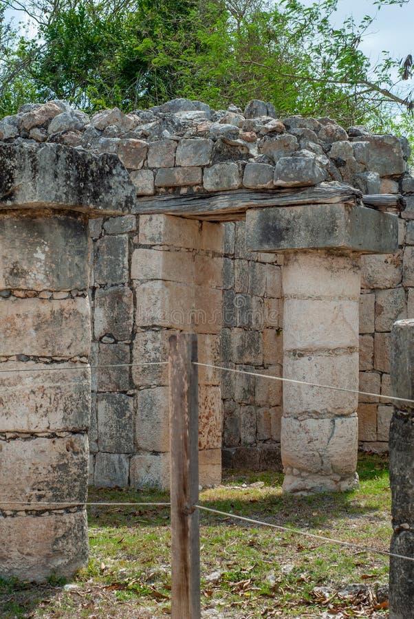 Rest av kolonner av en Mayan tempel, i det arkeologiska området av Chichen Itza fotografering för bildbyråer