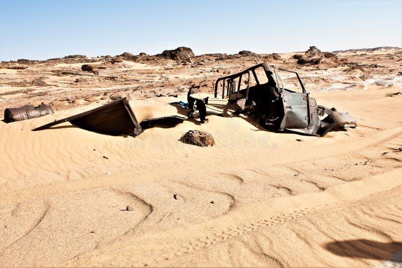 Rest av kriget mellan Libyen och Tschad från 1982 brukar coverden 1987 vid sand royaltyfria bilder