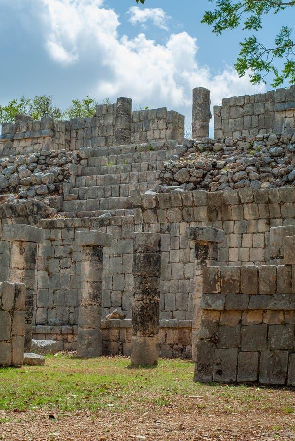 Rest av Mayabyggnader, i det arkeologiska området av Chichen Itza royaltyfria bilder