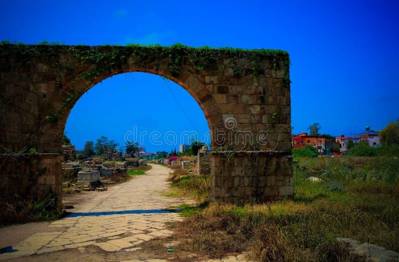 Rest av nekropolen och bågen i forntida kolonnutgrävningplats i däcket, Libanon fotografering för bildbyråer