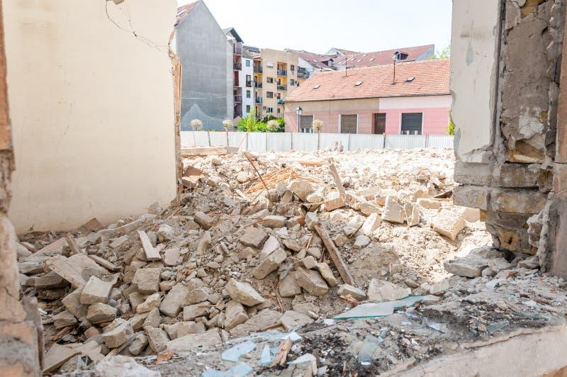 Rest av skada för orkan- eller jordskalvkatastrofslutsumma på förstört gammalt hus eller byggnad royaltyfri foto