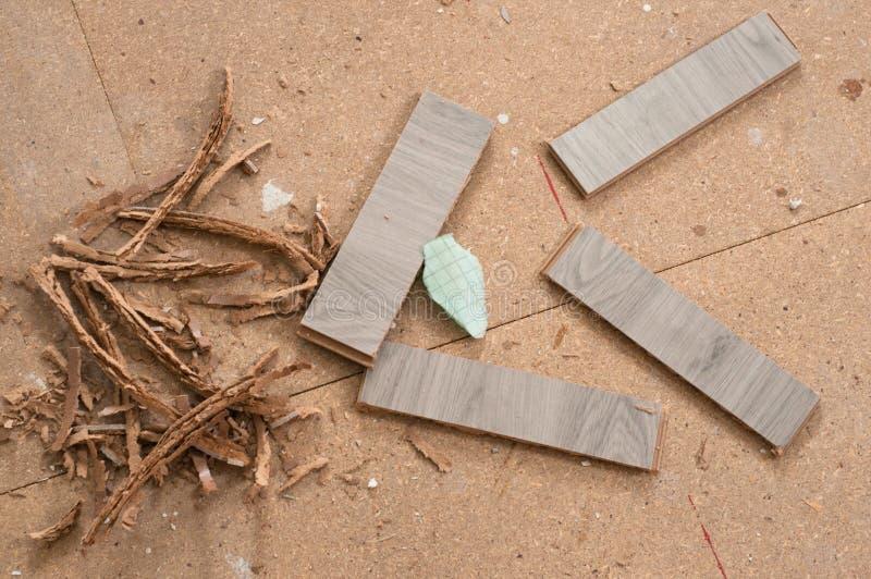Rest av skivor pläterar, når de har klippts för instalation av det nya trägolvet hemma royaltyfri bild
