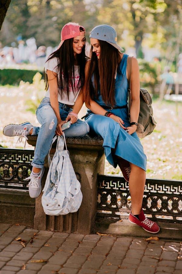Rest mit 2 schöner Mädchen auf der Straße lizenzfreies stockfoto