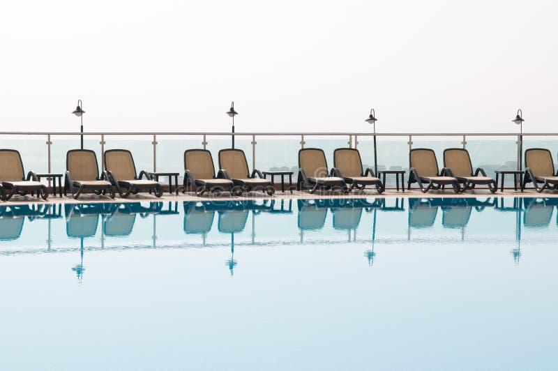 Rest am Pool. lizenzfreies stockfoto