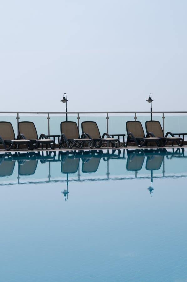 Rest am Pool. lizenzfreies stockbild
