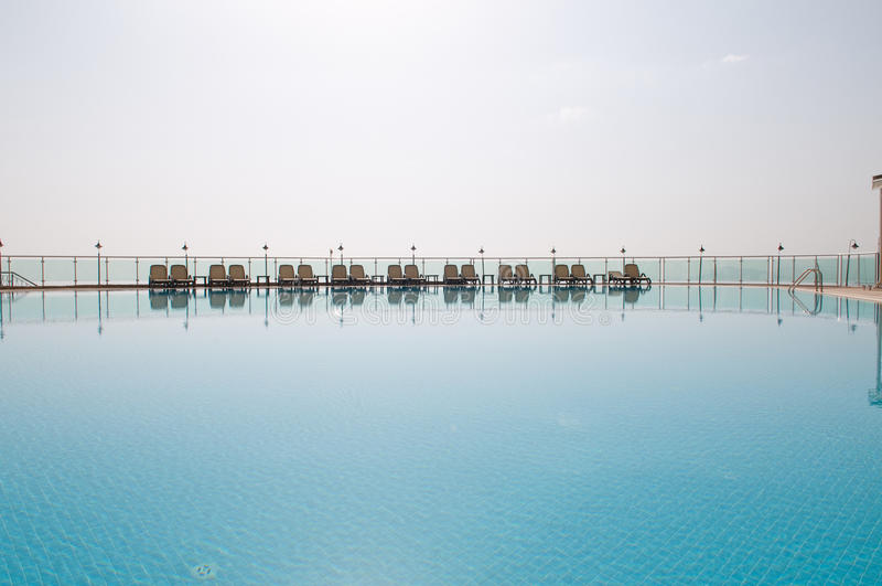 Rest am Pool. lizenzfreie stockfotos