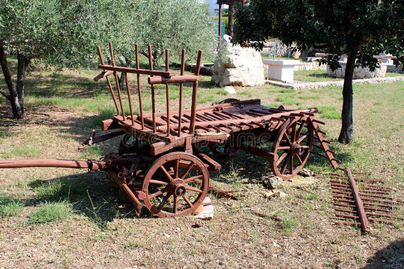 Restauró parcialmente el carro retro del caballo del viejo vintage con las piezas quebradas y los tableros de madera usados como  imagen de archivo