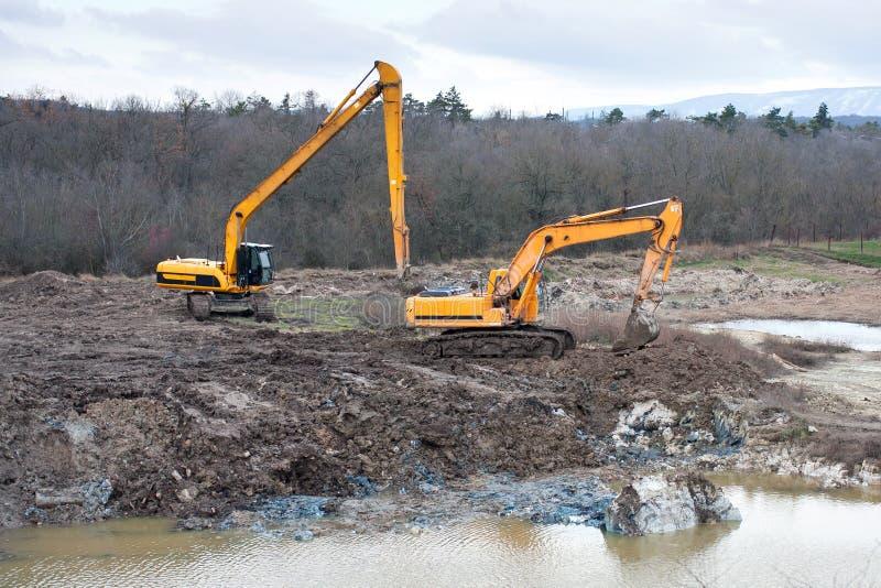 Restauração da poluição do solo com trabalho da escavação e do movimento de terras. fotos de stock royalty free