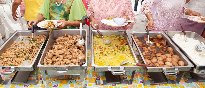 Restauração do bufete do alimento que janta comendo o partido que compartilha do conceito imagem de stock royalty free
