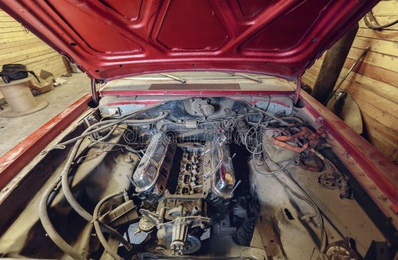 Restauração do carro vermelho clássico Fim acima do carro da parte anterior da vista e motor ou motor clássico de carro empoeirad imagens de stock royalty free