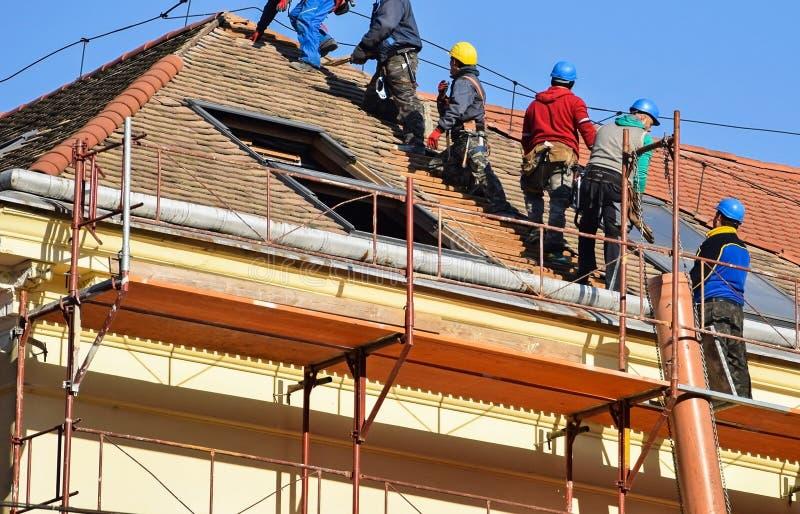 Restauração do telhado de uma construção velha fotografia de stock royalty free