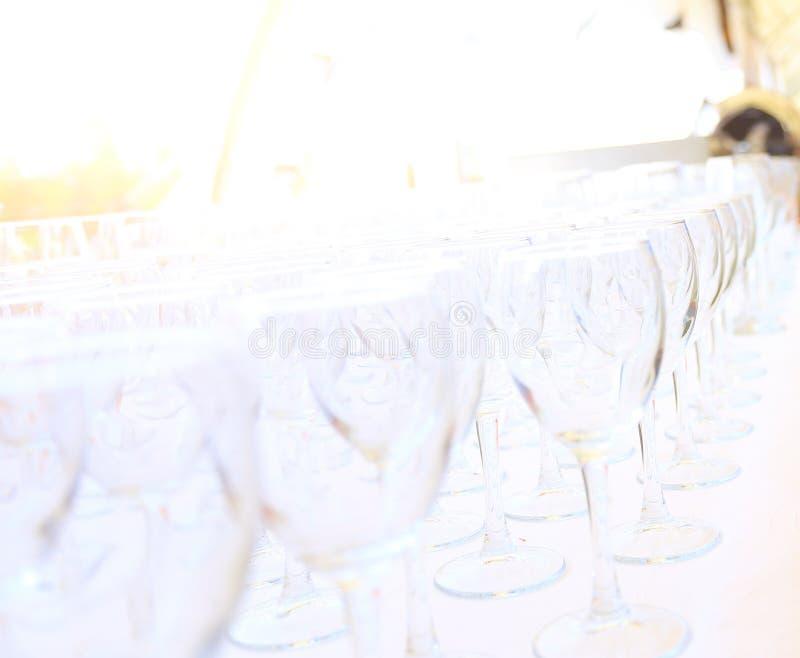 A restauração presta serviços de manutenção ao fundo com os petiscos e os vidros do contador do barman do vinho no restaurante fotos de stock royalty free