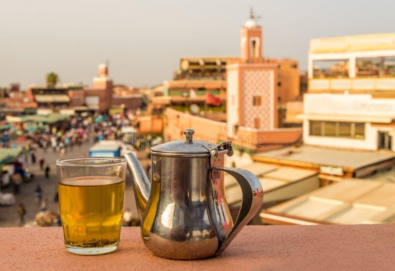 Restauración con té de la menta en el tejado cerca del cuadrado i del EL-Fnaa de Jemaa imagen de archivo