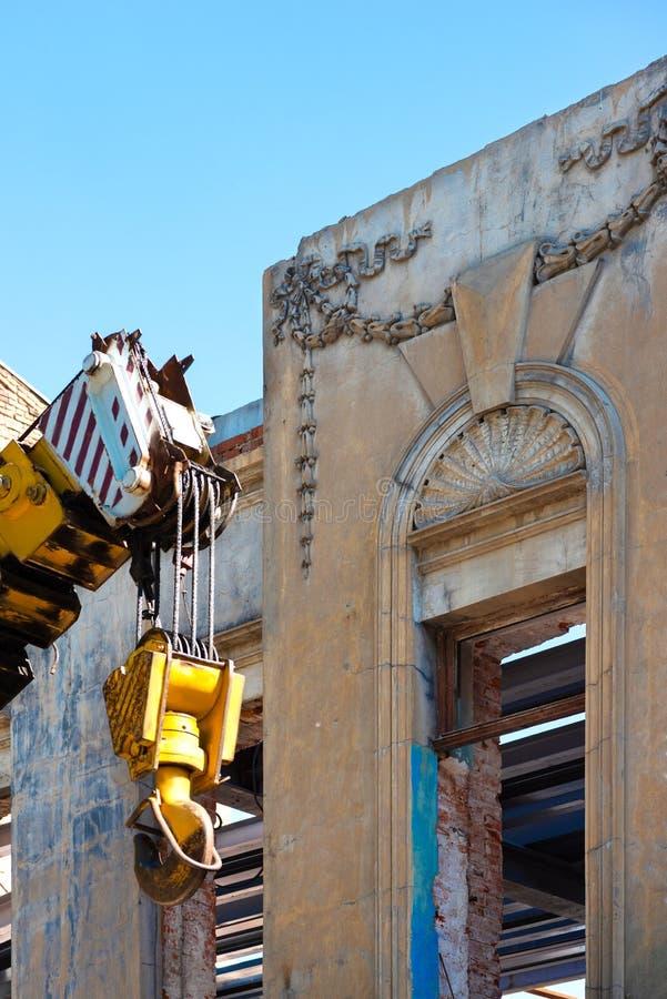 Restauraci?n de un edificio hist?rico Fachada arruinada contra el cielo azul Para el material de construcción del uso de la recon fotografía de archivo