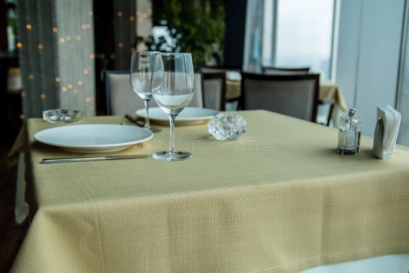 Restauracja pusty stół dla dwa z nadokiennym widokiem zdjęcie stock