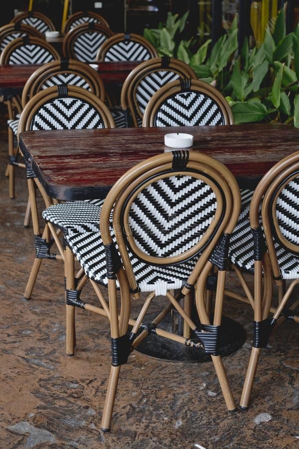 Restauracja stół i krzeseł położenia w plenerowym łomotanie terenie Ele obrazy royalty free