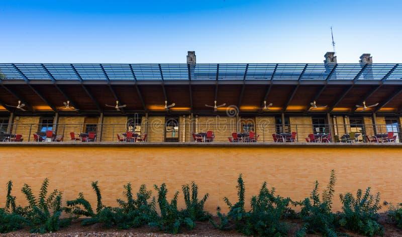 Restauracja taras z czerwieni krzesłami i otwiera dining/stoły i c zdjęcie stock