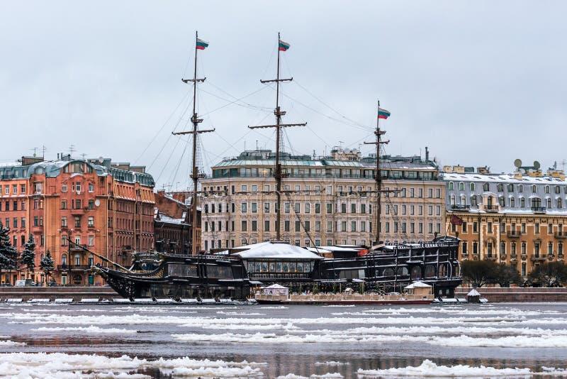 Restauracja w postaci żeglowanie statku cumuje banki Neva blisko Peter i Paul fortecy zimy fotografia stock