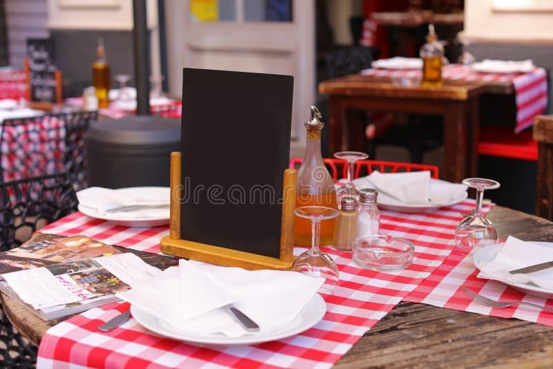 Restauracja z czerni Riviera pustym szyldowym Francuskim śródziemnomorskim brzegowym świętym, Cannes i Monaco, Błękitne wody i lu obraz stock