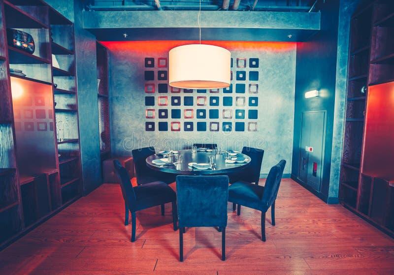 Restauracyjna główna sala z round stołem, krzesła zdjęcia royalty free