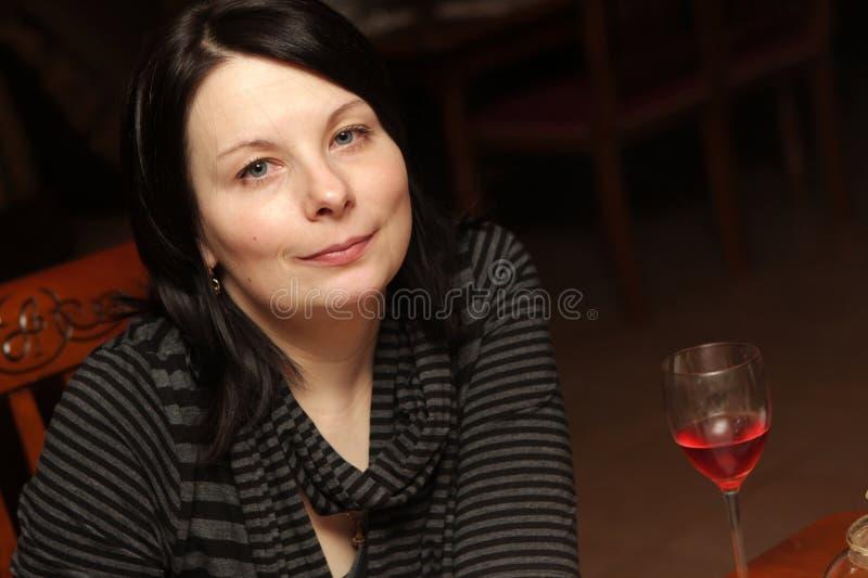 Download Restauracyjna Uśmiechnięta Kobieta Zdjęcie Stock - Obraz złożonej z dorosły, osoba: 13333458