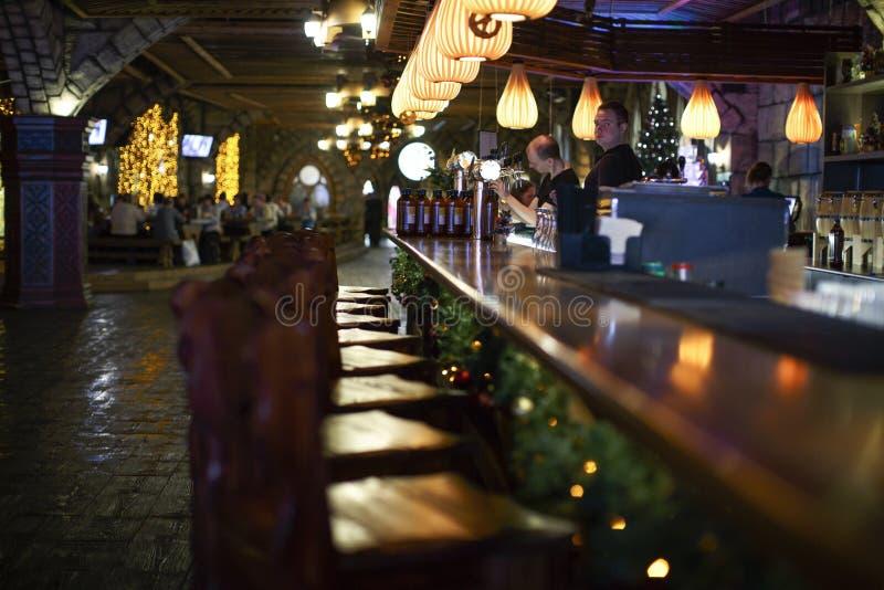 Restauracyjni barmany nalewają warzącego piwo w plastikowe butelki zdjęcie stock
