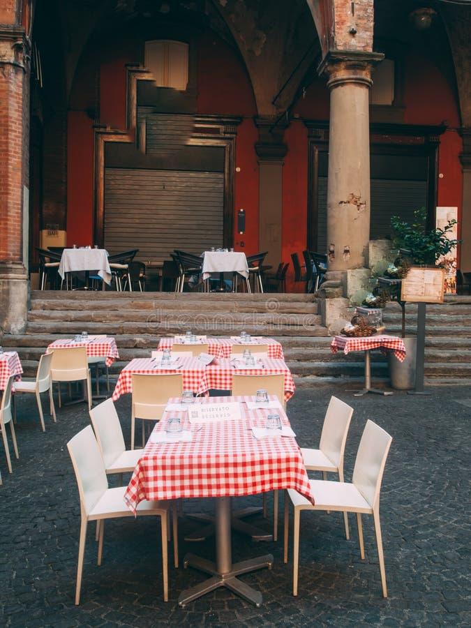 Restauracyjni ` s stoły, Bologna, Włochy, Europa zdjęcie stock