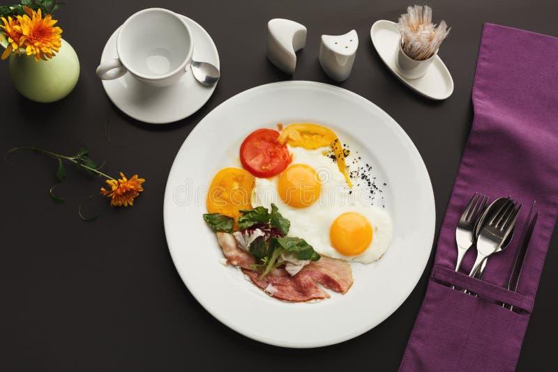 Restauracyjny śniadanie z bekonem i smażącymi jajkami fotografia royalty free