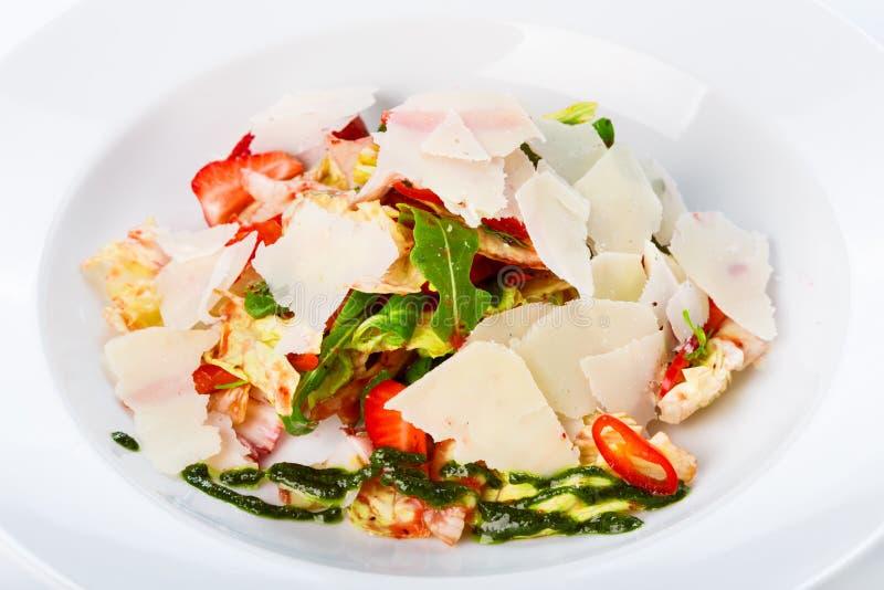 Restauracyjny karmowy zbliżenie - niezwykła sałatka z bekonem i strawberr fotografia stock