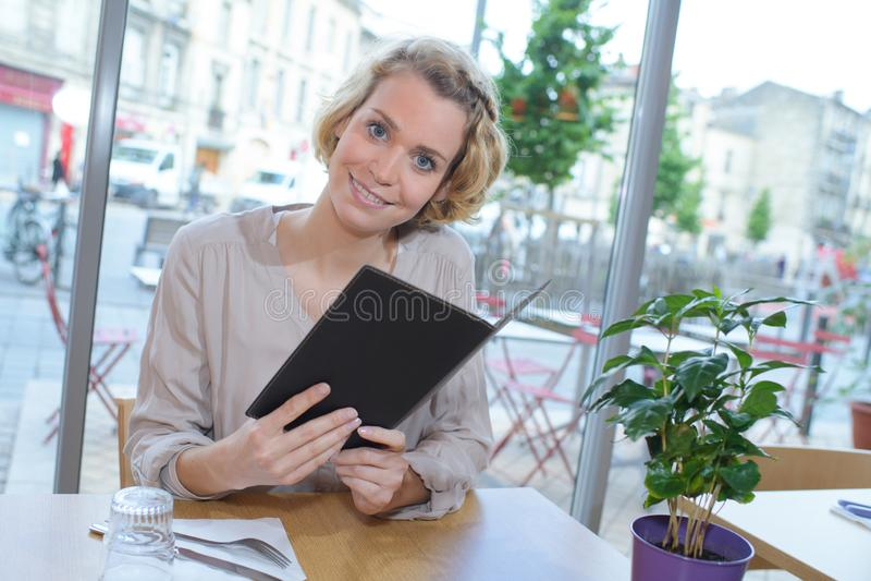 Restauracyjny klient pozuje i ono uśmiecha się zdjęcie stock
