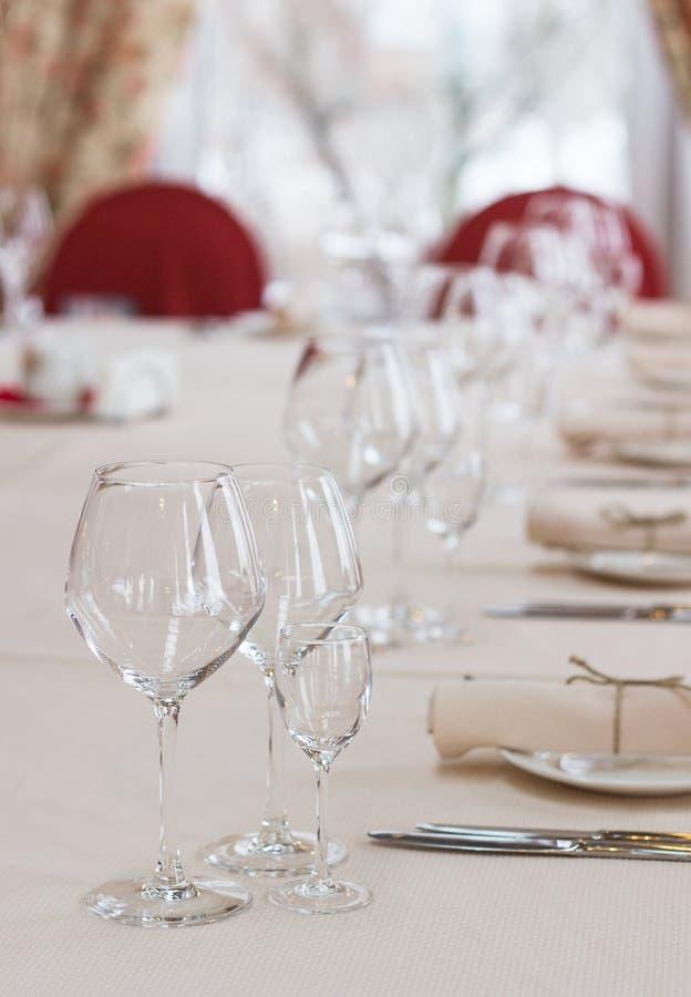 Stołowy położenie w restauracyjnym wnętrzu. poślubiać lub gość restauracji, płytka głębia pole obraz stock