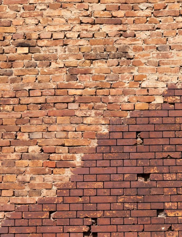 restaurado por el ladrillo moderno, pieza de la pared vieja de un edificio hecho del ladrillo rojo, primer con una línea que curv foto de archivo libre de regalías