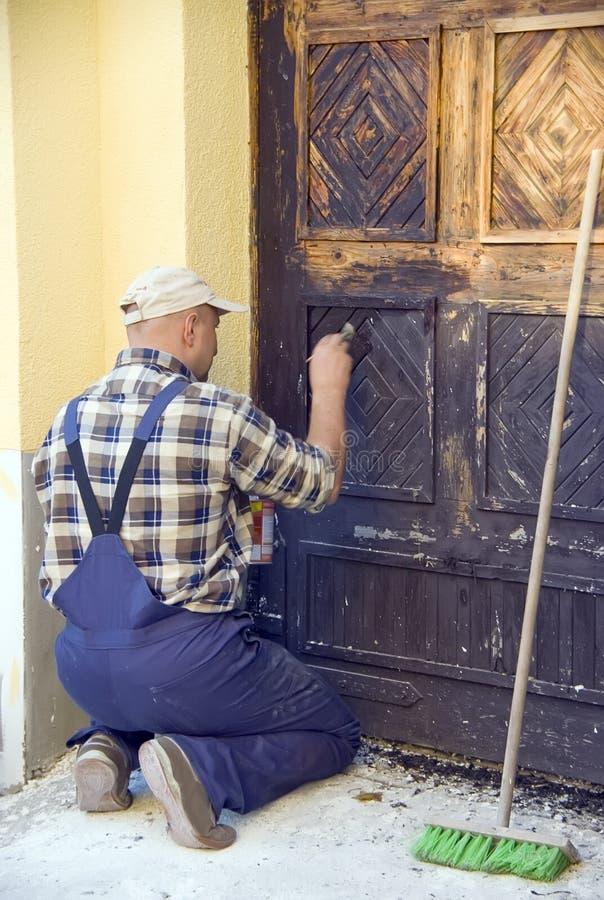 Restaurando a porta velha fotos de stock royalty free