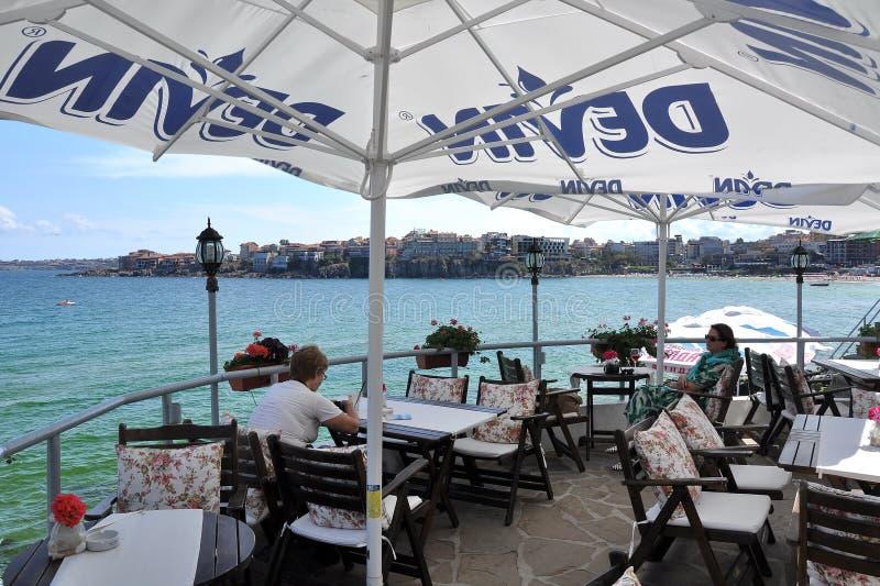 Restaurang över havet ett utomhus- royaltyfri fotografi