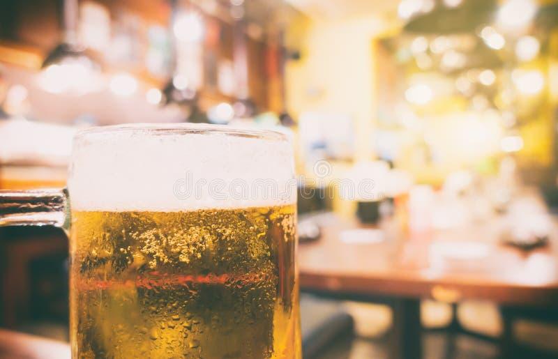 Restaurang för japanIzakaya öl med bakgrund royaltyfri foto