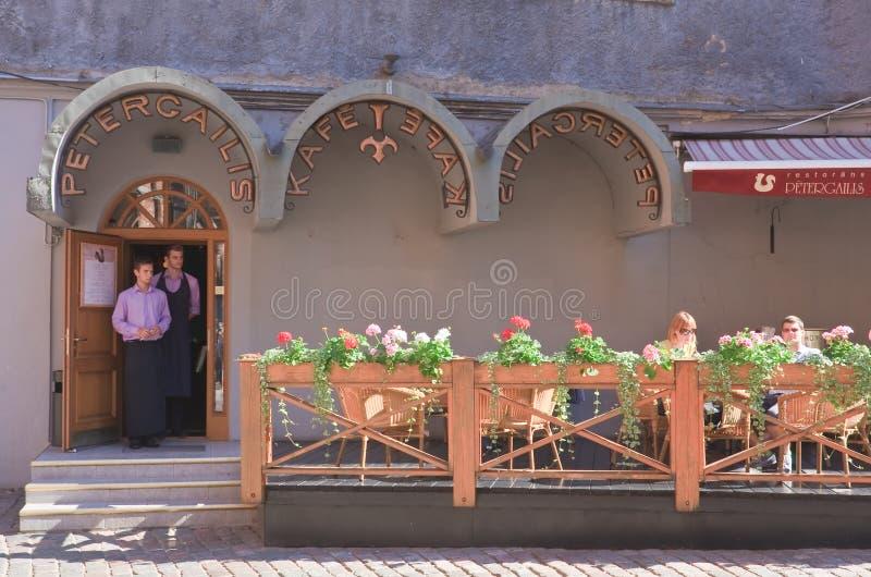 Restaurang i centret riga latvia arkivbild