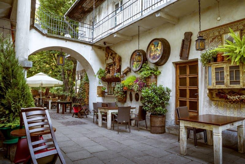 Restaurang i den judiska fjärdedelen av det Kazimierz området i Krakow arkivbild