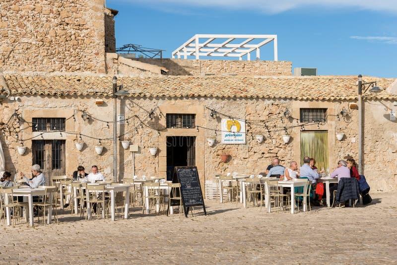 Restaurang i den Marzamemi byn - Sicilien ö Italien royaltyfria foton