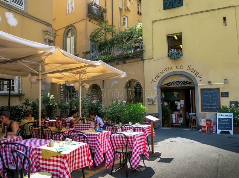 Restaurang i Lucca, Tuscany i Italien royaltyfria bilder