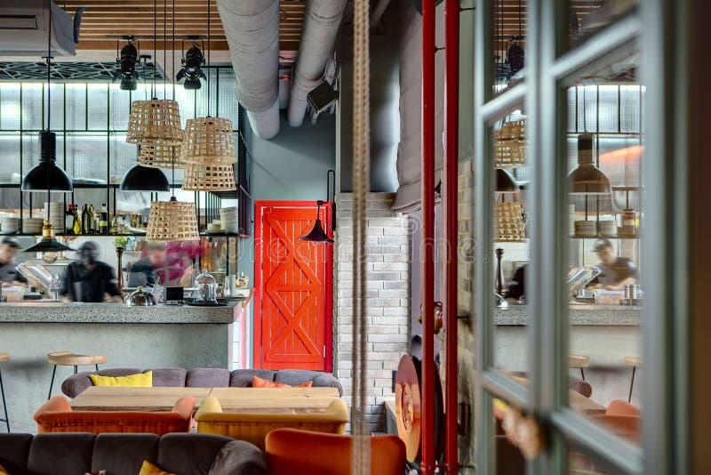 Restaurang med öppet kök arkivbild