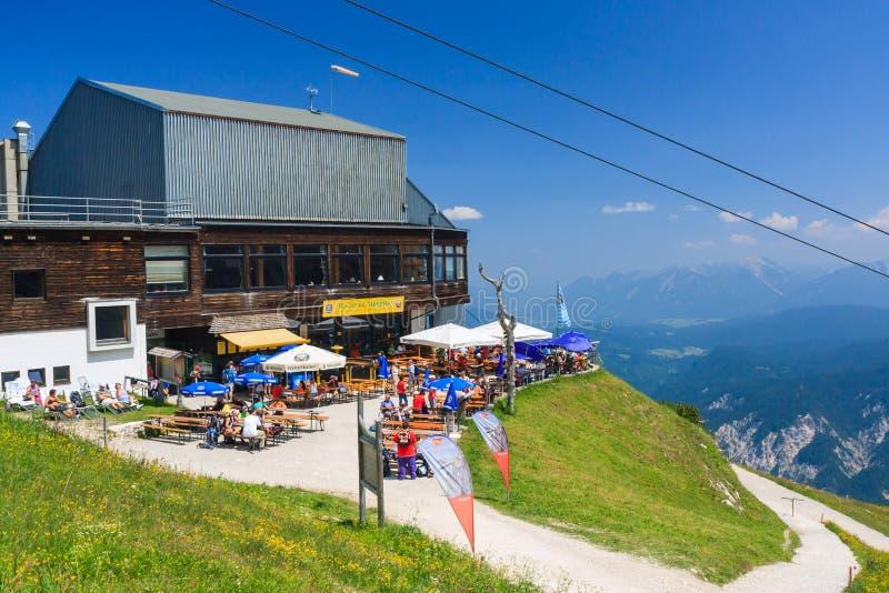Restaurang- och kabelbilstation på Alpspitze royaltyfria foton