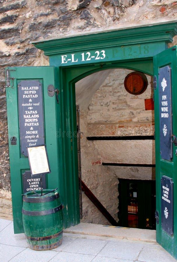 Restaurang och vinkällare i Tallinn Estland royaltyfri fotografi