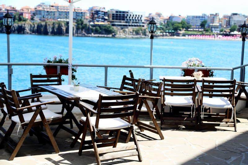 Restaurang på fjärden med sikter av staden arkivfoto