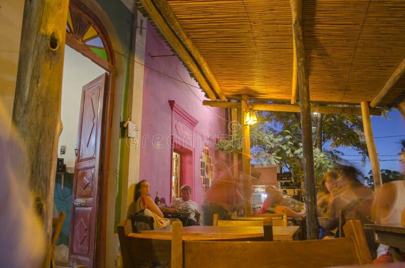 Restaurang på natten fotografering för bildbyråer