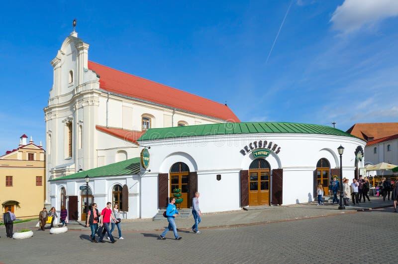 Restaurang på stadshuset och kyrkan av StJoseph, Minsk royaltyfri fotografi