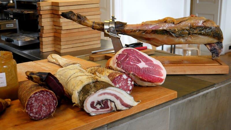 Restaurang: val av kurerade meats royaltyfria bilder